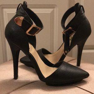 Black pointy toe pumps!